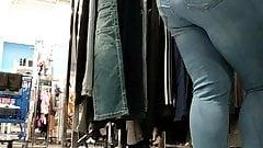 Candid lightskin ebony MILF big ass in jeans VPL.